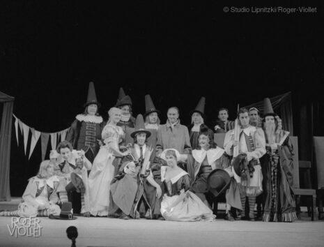 Jean Vilar, metteur en scène, au centre de sa troupe, dans Le Malade imaginaire de Molière. Paris, TNP, novembre 1957