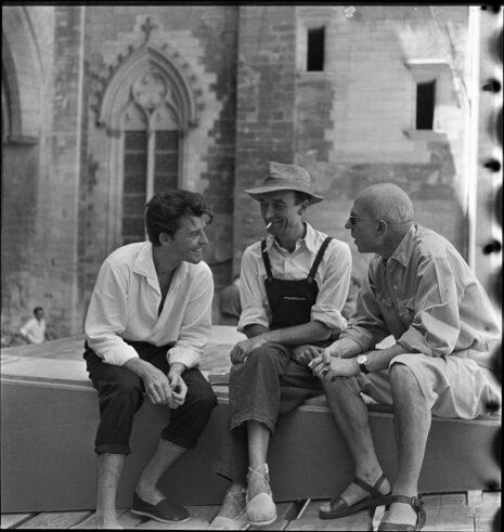 Gérard Philipe, Jean Vilar et Léon Gischia dans la cour du Palais des Papes (1952)