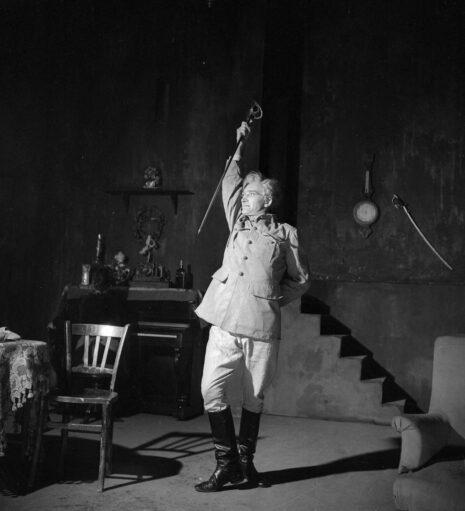 Jean Vilar dans La Danse de mort de Strindberg. Paris, Studio des Champs-Elysées, novembre 1948.