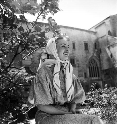 Jeanne Moreau dans les jardins de la Cour d'honneur du Palais des papes
