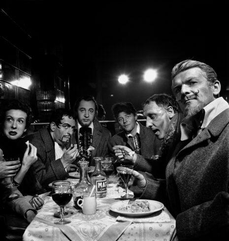 La troupe au café du Coq après une représentation deRuy Blas(1954)
